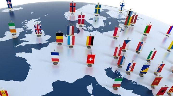 Europa Teilglobus mit Länderfahnen